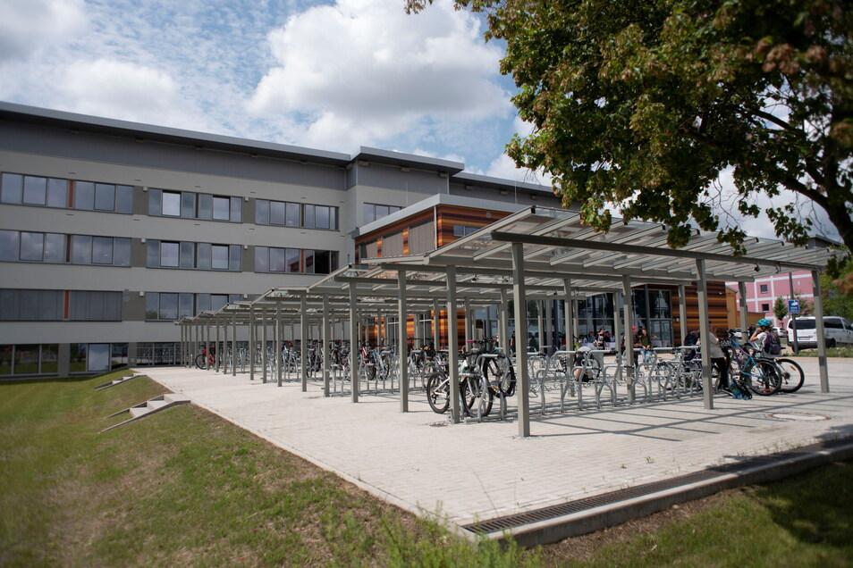 Der Haupteingang befindet sich jetzt an der Saarstraße. Auch genügend Stellplätze für Räder gibt es.