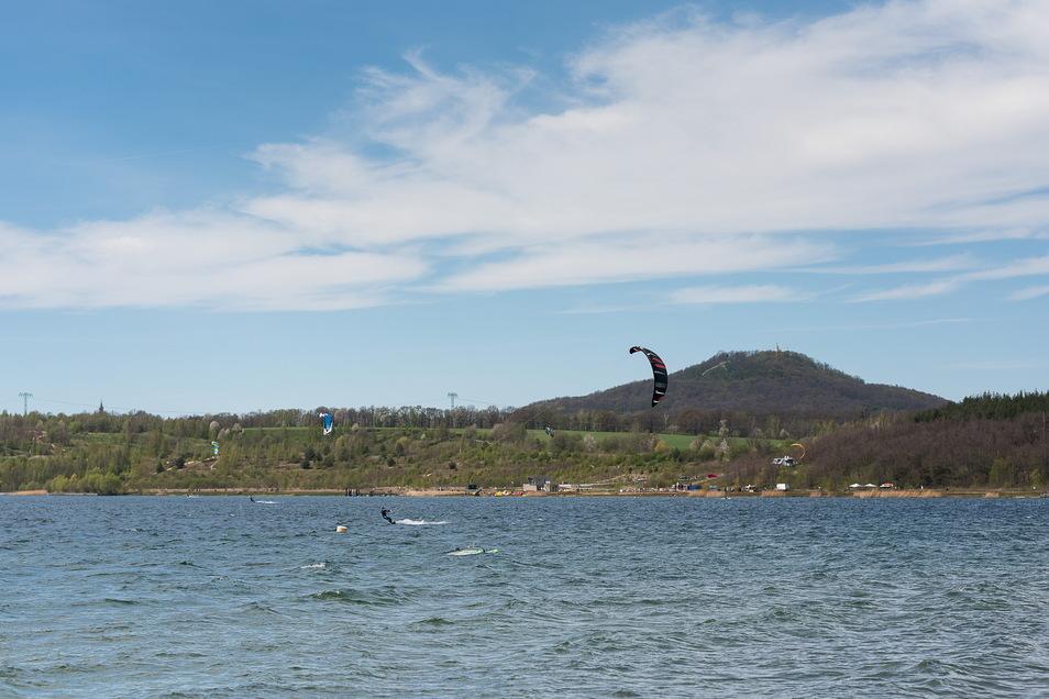 Zahlreiche Kitesurfer sind an besonders windigen Tagen auf dem Berzdorfer See zu beobachten, obwohl das nicht erlaubt ist.