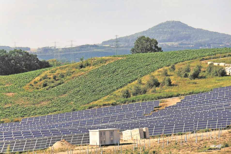 Zwischen Zgorzelec und Bogatynia in Polen werden in Neiße-Nähe immer mehr Solaranlagen errichtet. Sie sollen helfen, die Energiewende im Nachbarland voranzubringen. Im Hintergrund ist die Landeskrone zu sehen.
