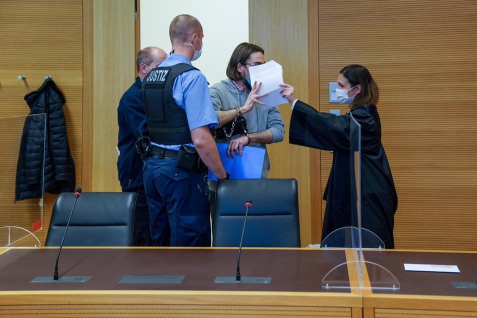 Lukas B. soll an einer Dresdner Kita mehrere Kinder missbraucht haben. Seit Montag steht er vor Gericht. Verteidigt wird er von Rechtsanwältin Susann Nowack (r.).
