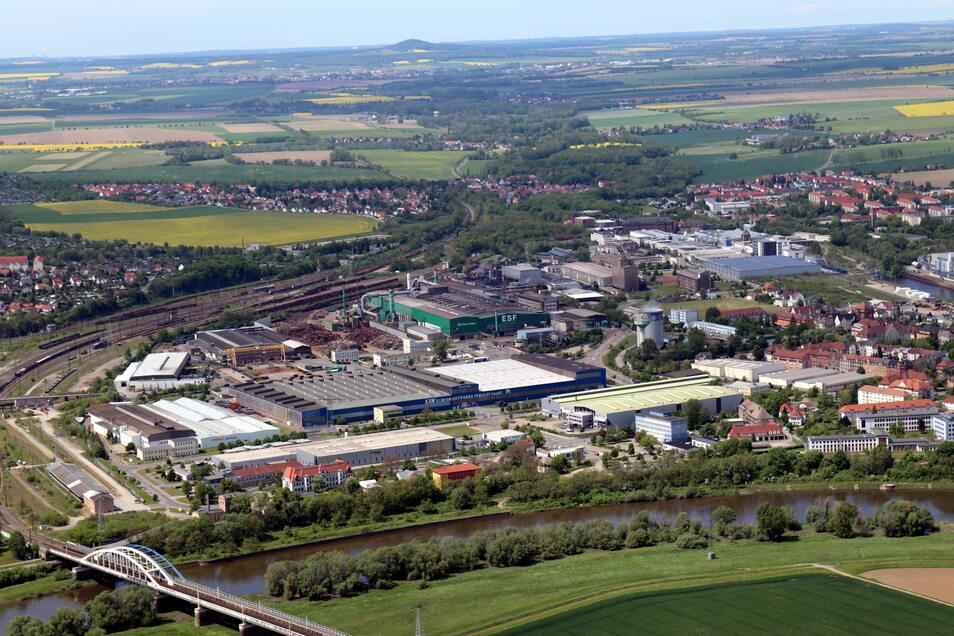 Ein Blick über die Elbe auf das Riesaer Stahlwerk von Feralpi Stahl. Baustahl ist gefragt und teuer - die Rohstoffe dafür allerdings auch.