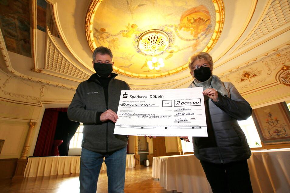 Im Dezember vergangenen Jahres übergab Ralf Stephan eine Spende für den Kronleuchter des Ballsaales an Monika Fischer, Vorsitzende des Vereins Kulturdenkmal Gaststätte Wilder Mann.