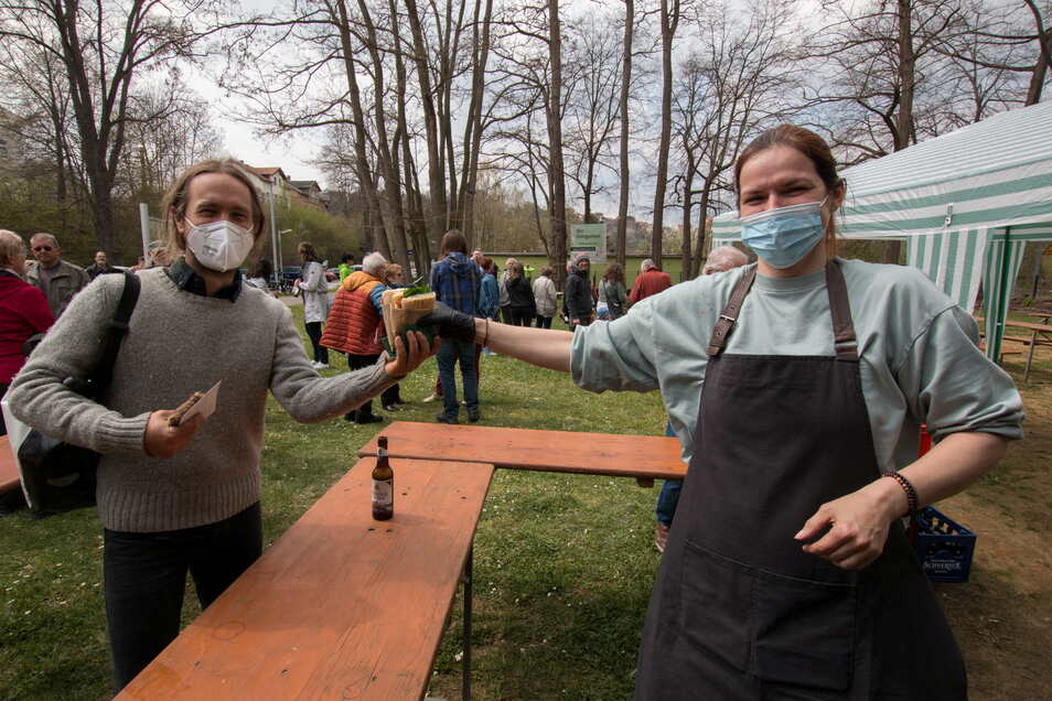 Sarah Matthies (rechts) überreicht ein frisch belegtes Sandwich. Damit können sich Radler künftig stärken.