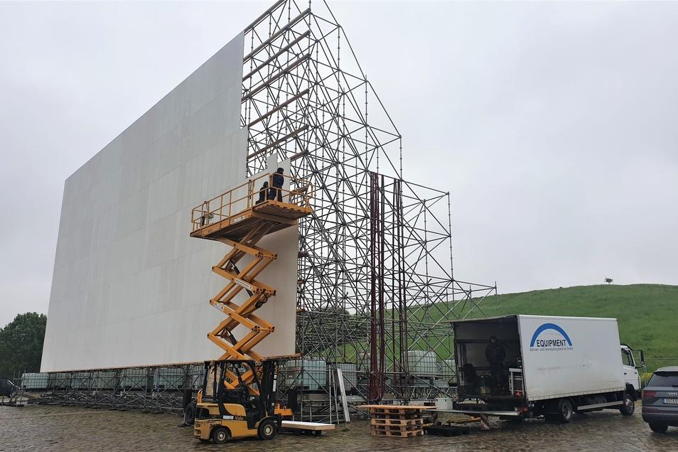 Die Kinoleinwand im Autokino besteht aus Holzplatten und wiegt etwa acht Tonnen.