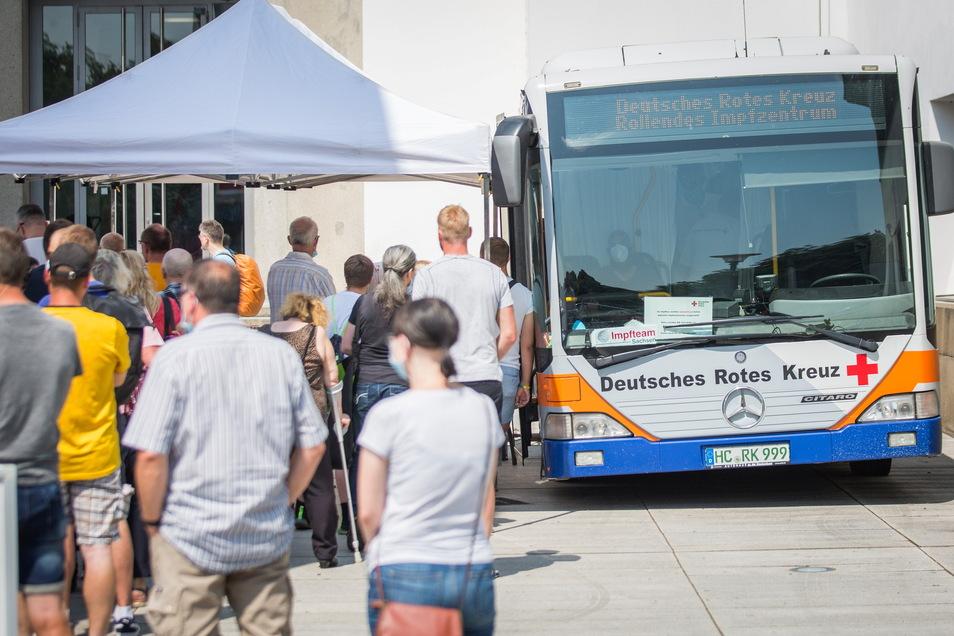 Bei einer der ersten mobilen Impfaktionen in Dresden konnten sich zum Beispiel Dynamo-Fans im Vorfeld des ersten Heimspiels  der neuen Saison impfen zu lassen.