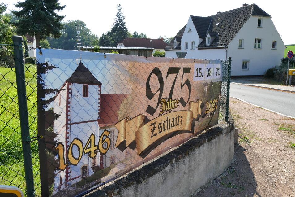 Am Wochenende ist es soweit: Zschaitz feiert seinen 975. Jahrestag. Ein entsprechendes Plakat weist im Dorfkern bereits darauf hin.