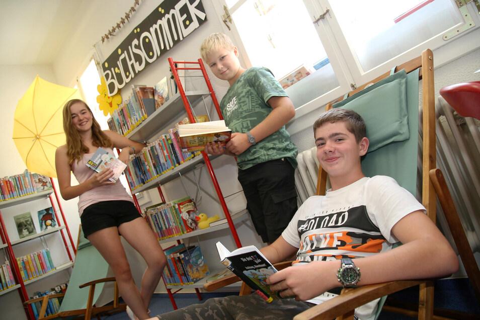Die Teilnahme am diesjährigen Buchsommer in der Stadtbibliothek war für Vanessa, Jonas (rechts) und Bastian besonders erfolgreich. Sie belegten mit 21, 18 und 11 Büchern die Spitzenplätze.