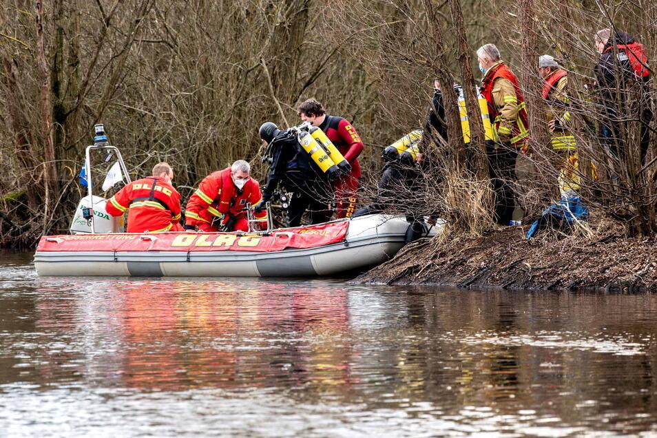 Einsatzkräfte von DLRG und Feuerwehr am Unglücksort.  Zwei Jungen im Alter von acht und neun Jahren waren in dem Gewässer ertrunken, nachdem sie einen ins Wasser gefallenen Ball gesucht hatten.