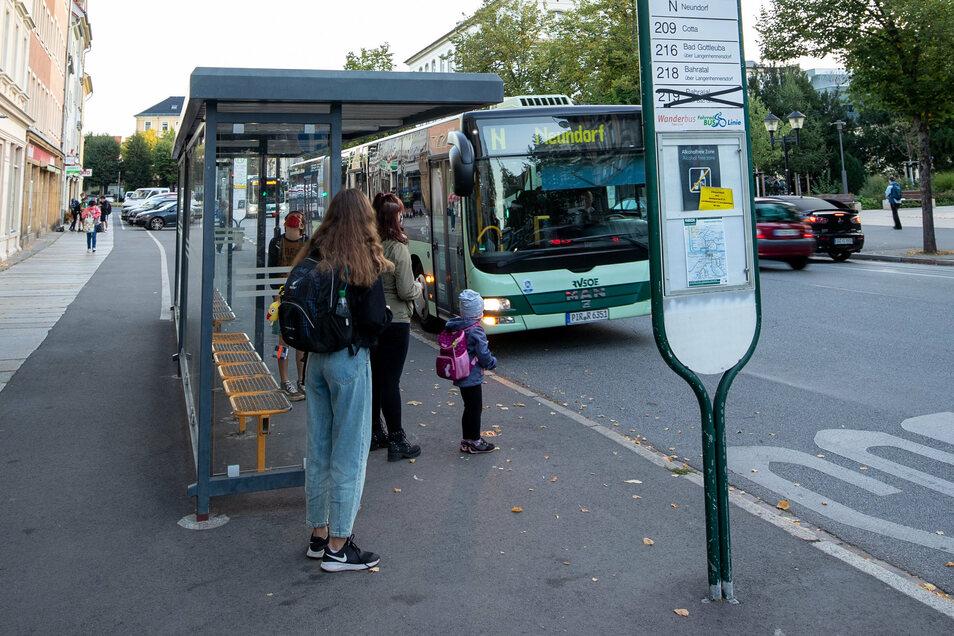 Der Bus an der Haltestelle Breite Straße in Pirna nach Neundorf ist oft stark frequentiert.