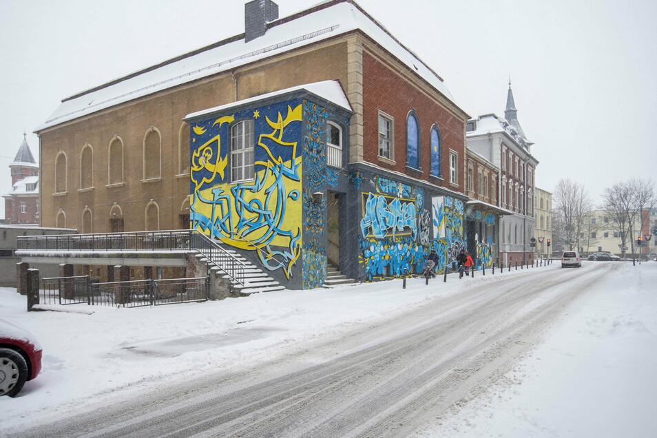 Das Dach des ehemaligen Kinos in Bischofswerda soll repariert werden. Dafür bekommt der Verein, dem das Haus gehört, jetzt Geld. Der Stadtrat hat zugestimmt.