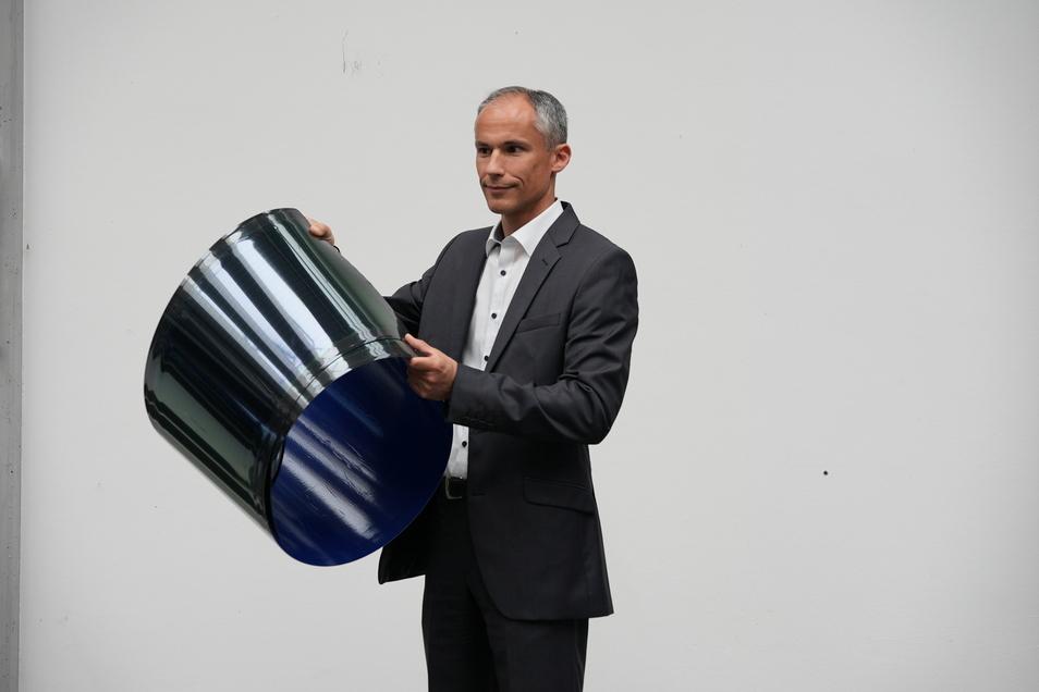 Tücke des Objekts: Heliatek-Manager Michael Eberspächer zeigt die dunkelblaue Solarfolie, die nicht leicht herzustellen ist.