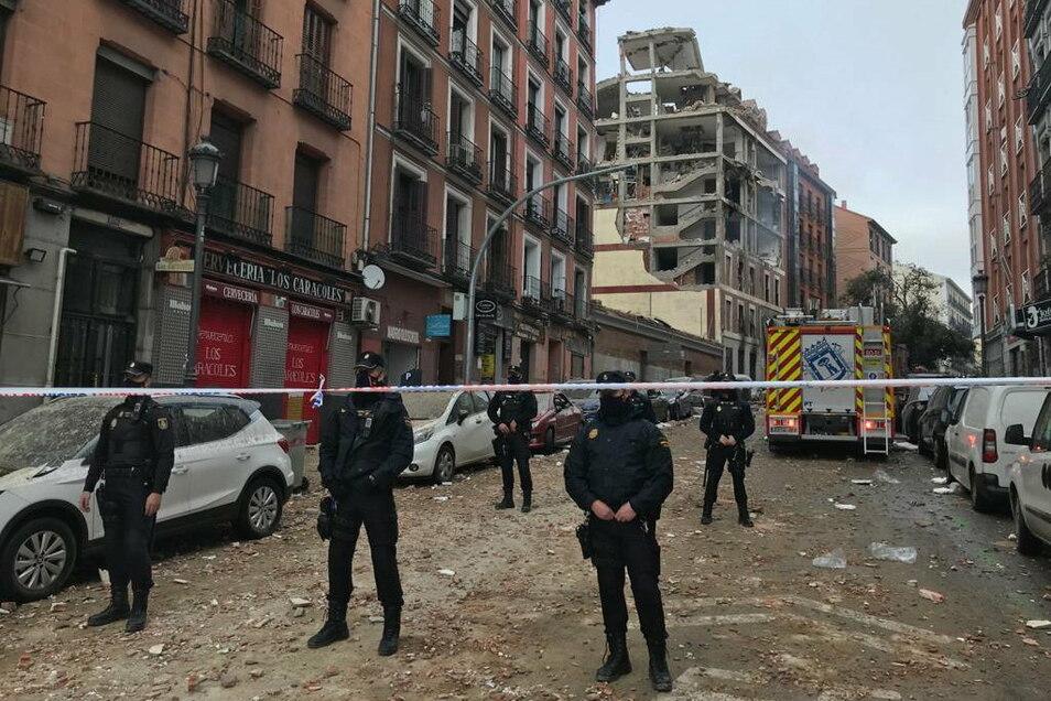 Polizeibeamte sperren die Toledo-Straße in Madrid ab. Ein mehrstöckiges Gebäude ist bei einer Explosion im Zentrum der spanischen Hauptstadt weitgehend zerstört worden.