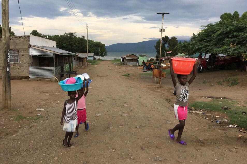 Die Kinder kommen vom Geschirrspülen in See.