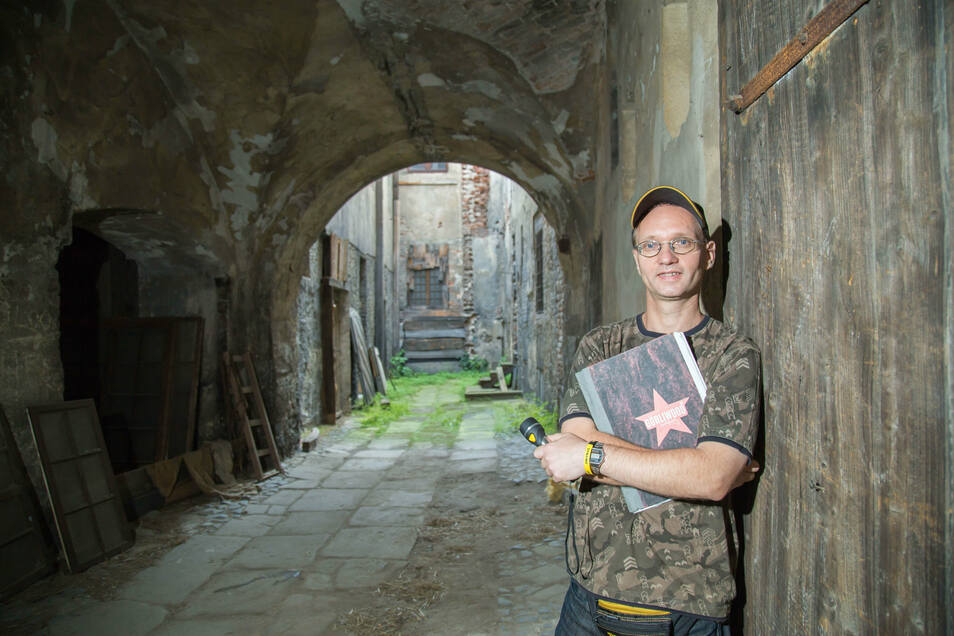Kennt den Braunen Hirsch wie seine Westentasche: Ronny Förster führt Besucher an die Drehorte, die es im Gebäude zahlreich gibt.