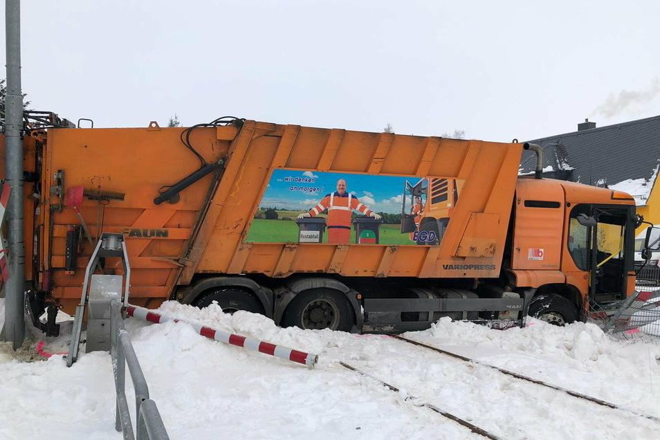 Beim Zusammenstoß einer Regionalbahn mit einem Müllfahrzeug wurde dieses ins Gleisbett gedrückt.