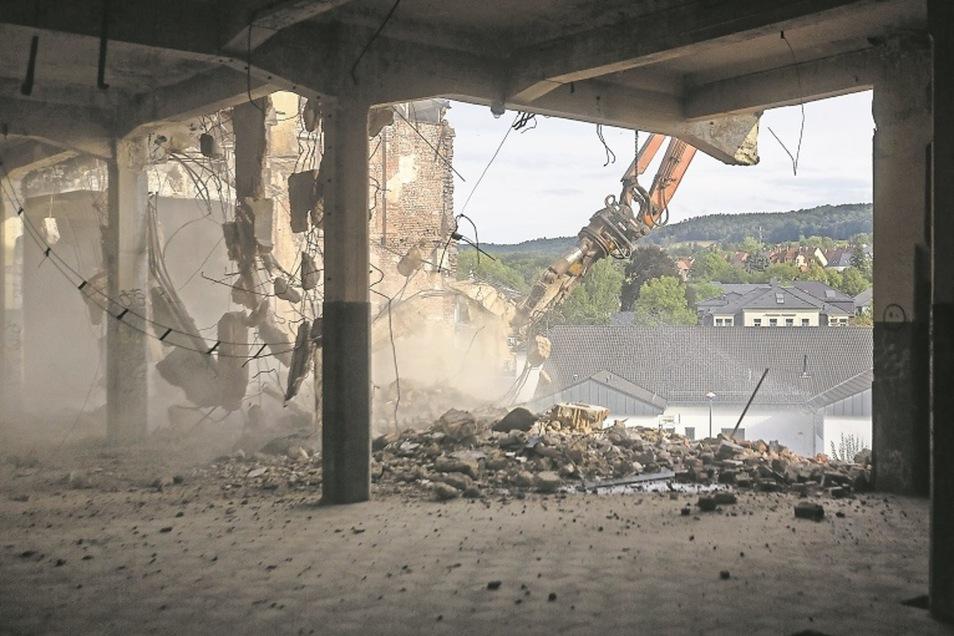 Baggerangriff auf die Lederfabrik – mehr als 100 Jahre stand der Industriebau an der Poisentalstraße, nun kommt er weg.