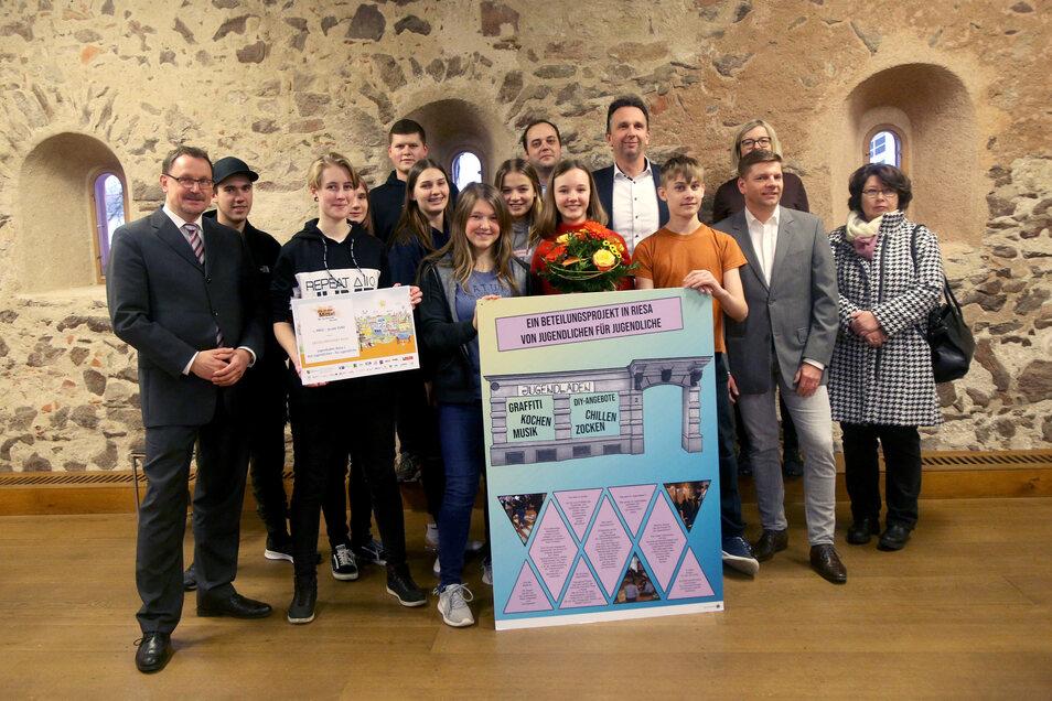 """Die Jugendlichen gemeinsam mit Vertretern der Stadtverwaltung sowie der Jury von """"Ab in die Mitte""""."""