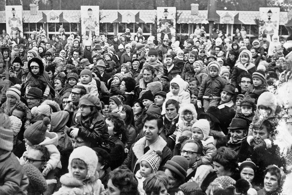 1972: Besucher des Striezelmarktes.