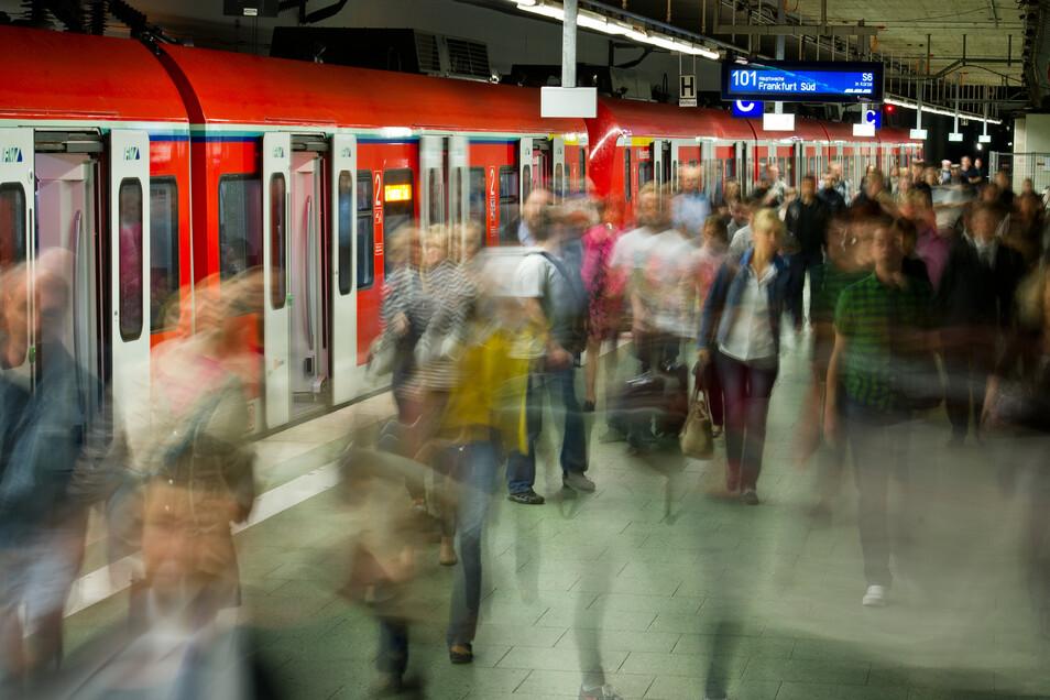 Immer mehr Menschen in Deutschland nehmen lange Wege zu und von der Arbeit in Kauf.