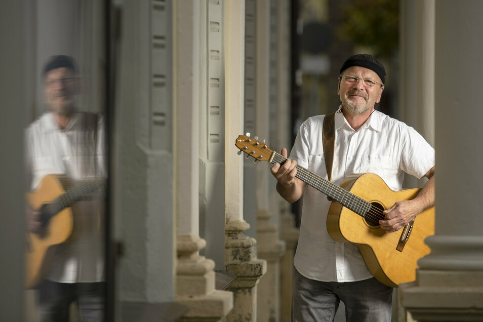 Peter Lippert: Mit Gitarre, anständigen Liedern und immer wieder anderen Musikern spielt er für die Pirnaer.