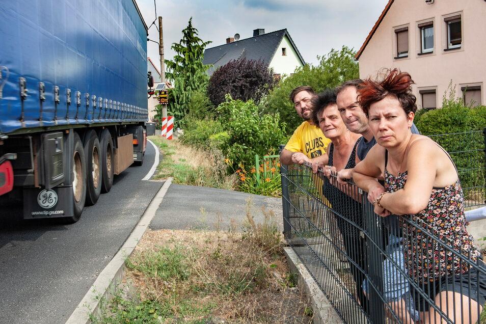 August 2019: Doreen und Sven Hofmann sowie ihre geplagten Nachbarn Marina Zander und Michael Schulz können sie nicht mehr sehen: die Laster und Autos vor ihren Häusern.