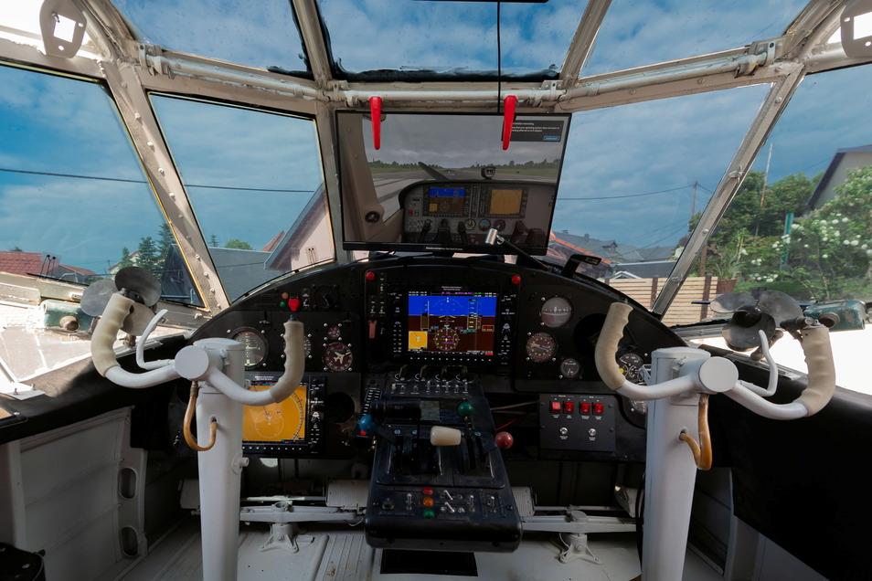 Das Cockpit wurde wieder aufgebaut. Hier können die Gäste zwei Flugszenarien am Simulator testen.