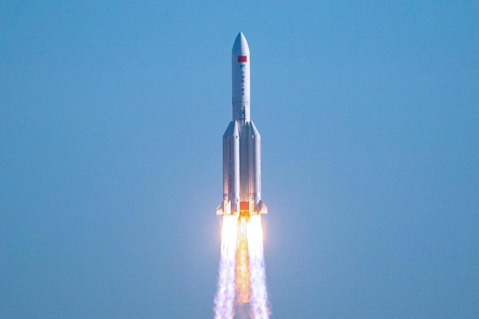 """Start der chinesischen Rakete """"Langer Marsch"""" am 29. April 2021"""