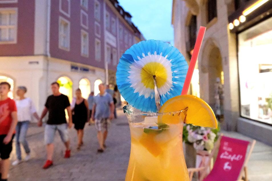 Leckere Cocktails wie diesen gab es auch im DDV-Lokal an der Elbstraße in Meißen. Der Andrang bei der Einkaufs- und Cocktailnacht am Freitag war riesig.