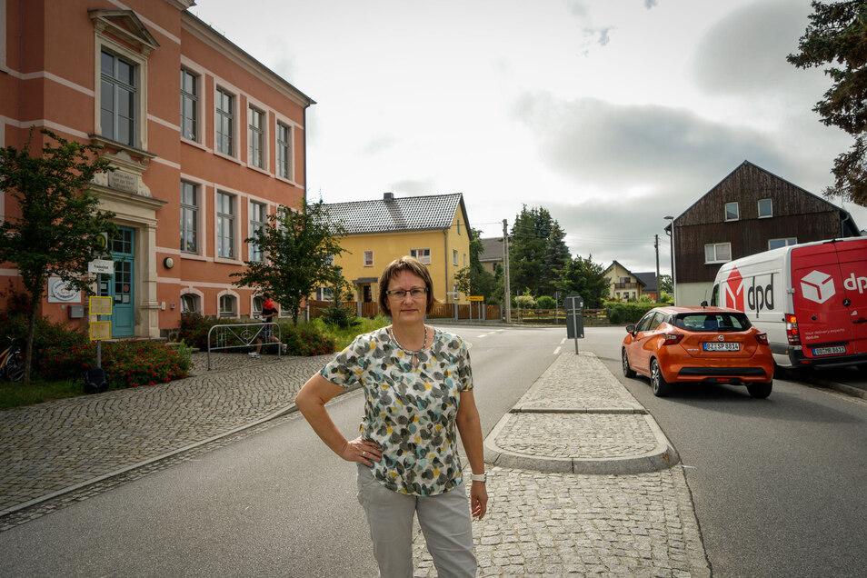 Eine Geschwindigkeitsbegrenzung vor der evangelischen Grundschule in Frankenthal wünschen sich Leiterin Heike Kurze und viele Eltern - vor allem jetzt, da durch eine Umleitung mehr Verkehr durchs Dorf rollt.