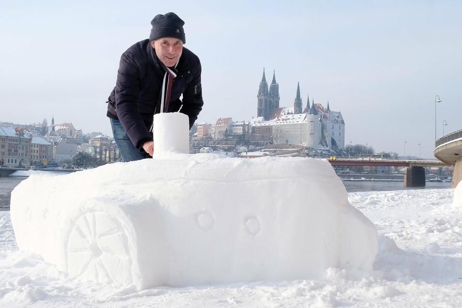 Gerd Melchinger modelliert gern Schneefiguren. Seit Montagabend entstehen jeden Tag neue: am rechtselbigen Parkplatz in Meißen.