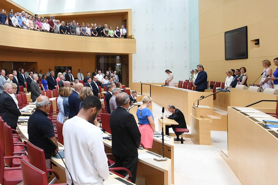 Ralph Müller (M hinten), Abgeordneter der AfD, ist während einer Gedenkminute für den ermordeten CDU-Regierungspräsidenten Lübcke im Bayerischen Landtag auf seinem Platz sitzen geblieben. Dafür erntete er Kritik.