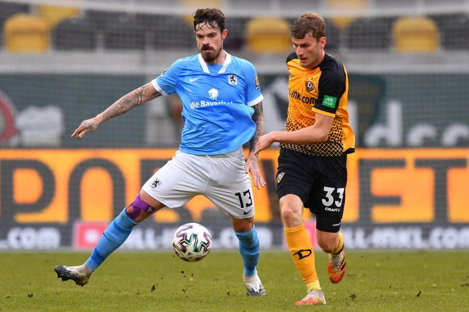 Beim Hinspiel im November führte Dennis Erdmann (l.) auch einige Zweikämpfe mit Dynamo-Stürmer Christoph Daferner. Die Münchner verloren 1:2, Erdmann sah Gelb und wurde ausgewechselt.