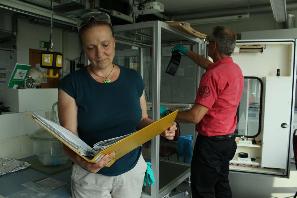 Die Forensikerin Patricia van der Burgt schaut in die Unterlagen zum Fall.