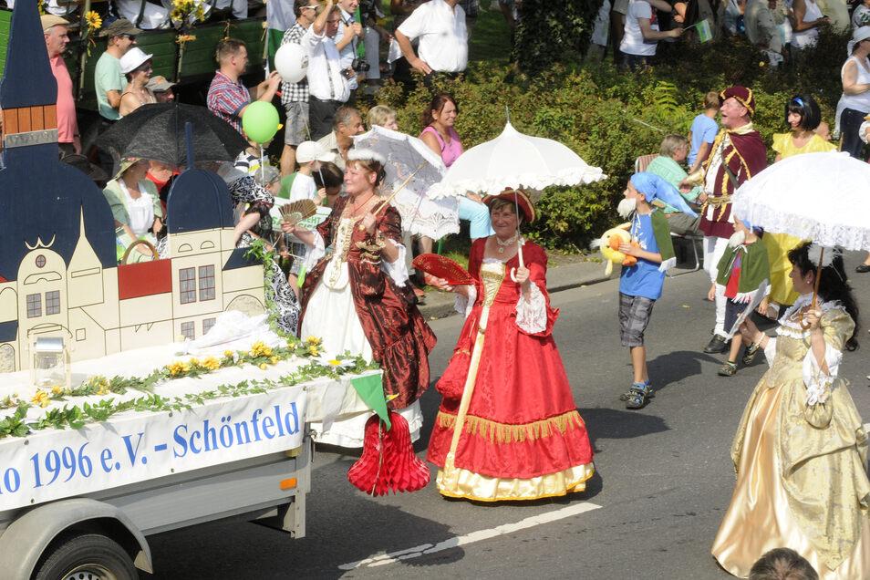 Der Förderverein Schloss Schönfeld stellte dieses attraktive Umzugsbild mit Schloss sowie weitere Vereine und Gruppen aus der Großenhainer Pflege.