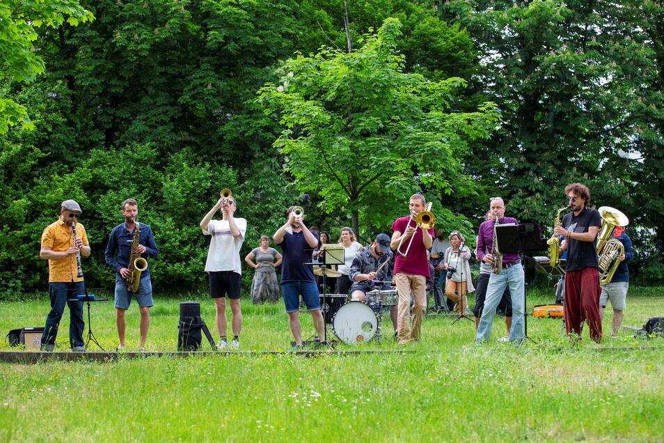Die Band Banda Comunale gab am Samstag ein Balkonkonzert vor dem Studentenwohnheim.