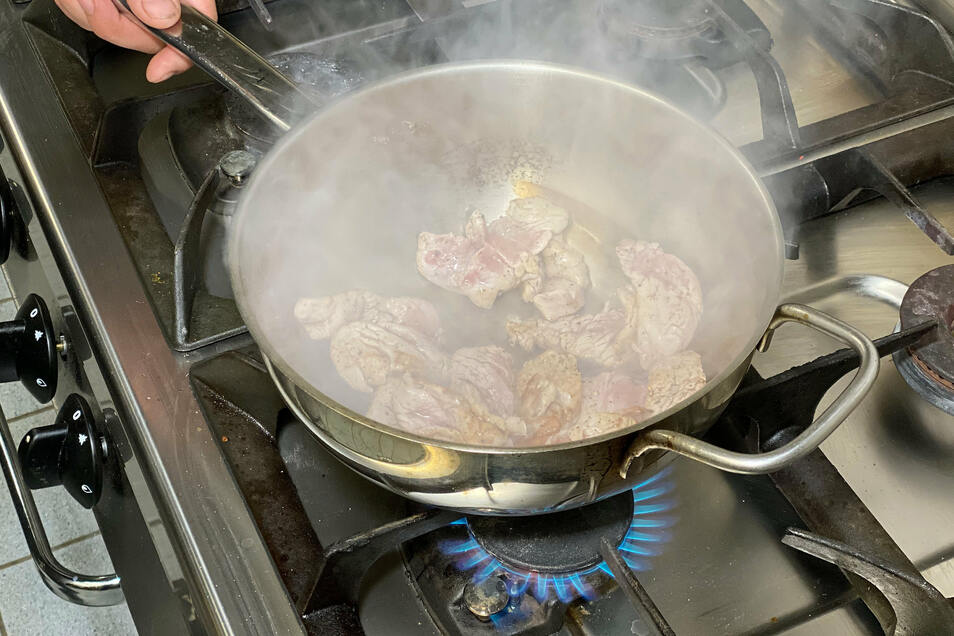 Fett in einer Pfanne erhitzen und die Filetstreifen kurz scharf anschwitzen. Champions, Knoblauch und Zwiebeln dazu geben. Nach kurzem anbraten mit Salz, Pfeffer und Kümmel würzen. Nun das Mehl in die Pfanne geben und gut unterschwenken.
