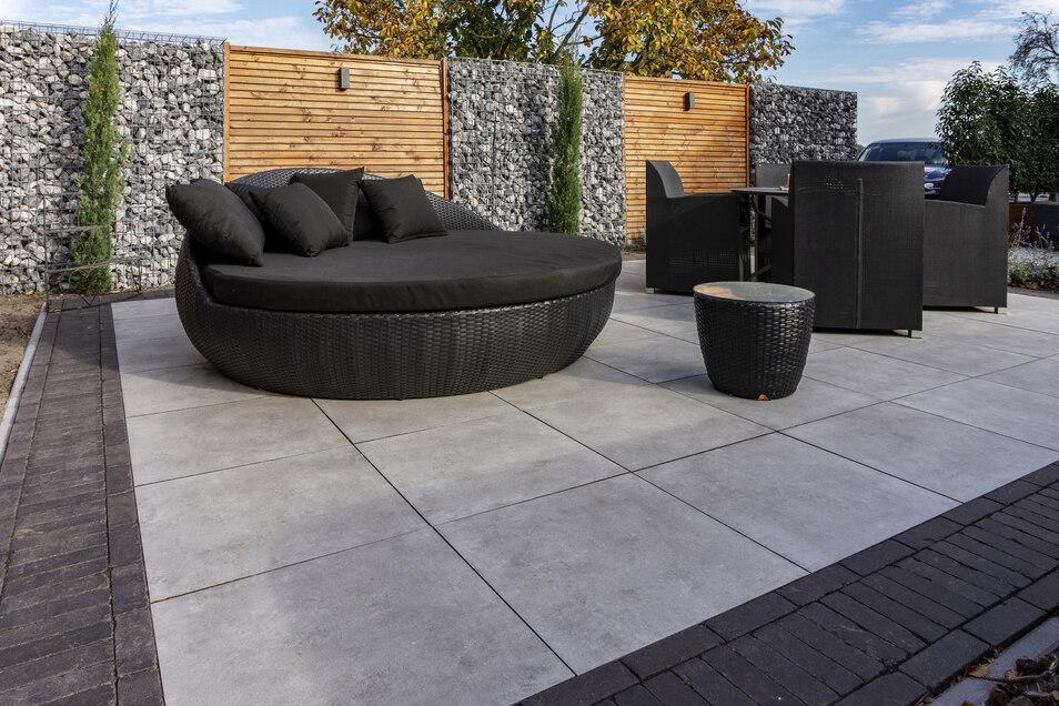 Gabionen sind eine moderne und stilvolle Variante für einen Sicht- und Windschutz.