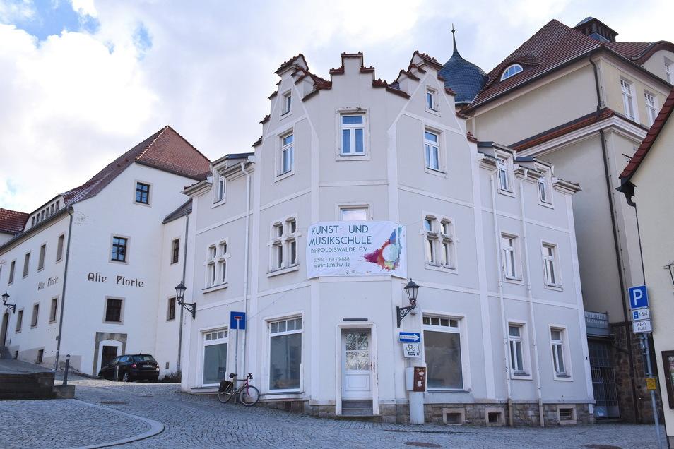 Die Oberschule rechts, die alte Pforte links und in der Mitte das Gebäude, das jetzt die Musikschule angemietet hat. Hier ist im Laufe der letzten Jahre ein kulturelles Zentrum in der Innenstadt von Dippoldiswalde entstanden.
