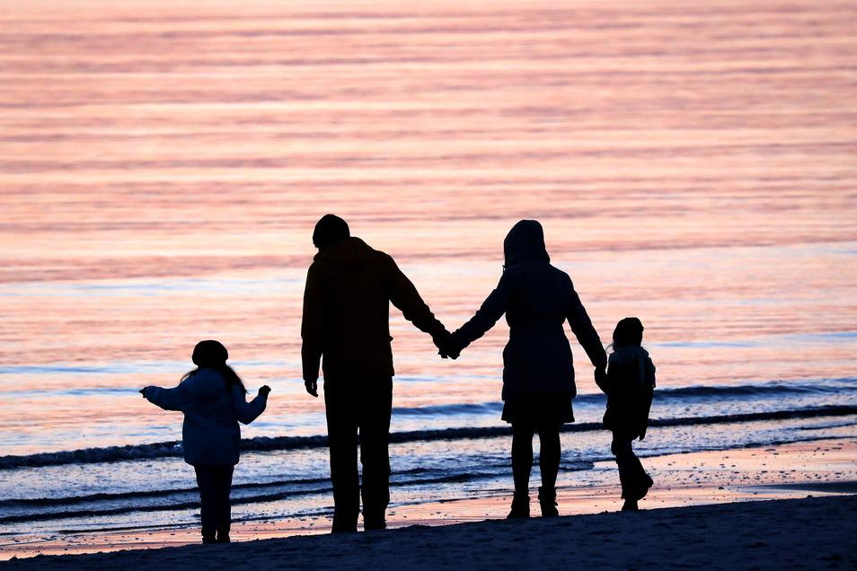 Besonders im Wahlkampf erklären Parteien gern, dass Familien und Kinder bei ihnen ganz oben auf der Liste stehen. Familienverbände kritisieren, dass sich das in der Tagespolitik nur selten widerspiegelt.