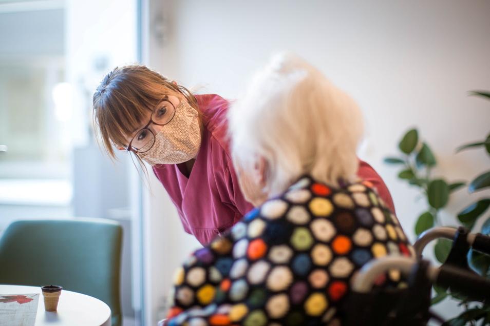 """""""Kann ich Ihnen noch etwas Gutes tun?"""" Cindy Handrick erfüllt den Gästen im Marien-Hospiz fast jeden ihrer letzten Wünsche."""