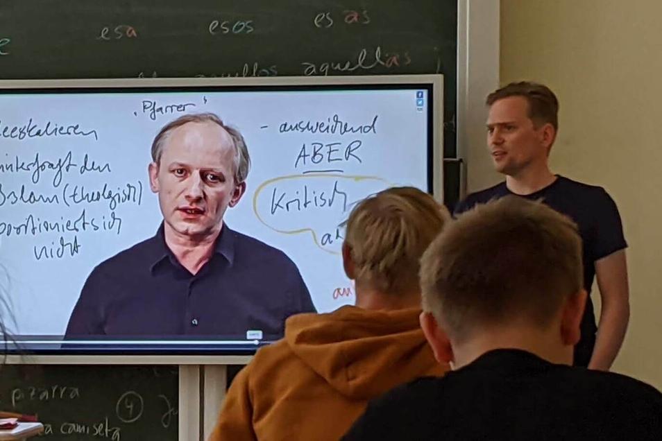 So kann das dann aussehen: Über eine intuitive Wischbewegung friert Religionslehrer Bastian Rocktäschel den Bildschirm ein und kann in verschiedenen Farben über das Standbild schreiben.