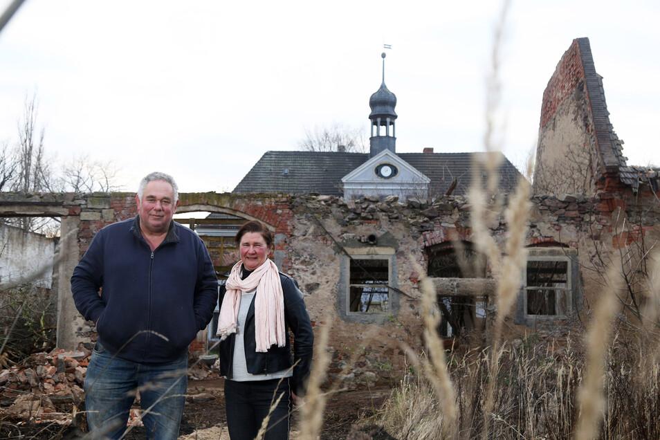 Das Schloss Bobersen (im Hintergrund) haben Hans und Anneke Ramp in kürzester Zeit wieder bewohnbar gemacht. Derzeit arbeiten sie an den davor gelegenen früheren Stallanlagen.