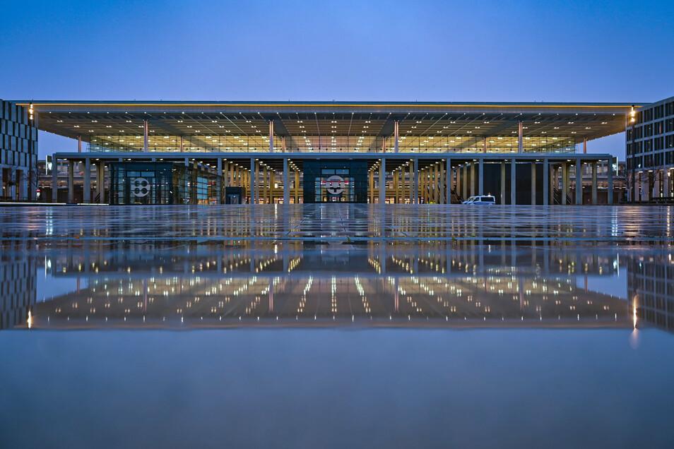 30 Jahre nach der Wiedervereinigung wird der Luftverkehr Berlins und Brandenburgs am Standort des früheren DDR-Flughafens Schönefeld konzentriert.