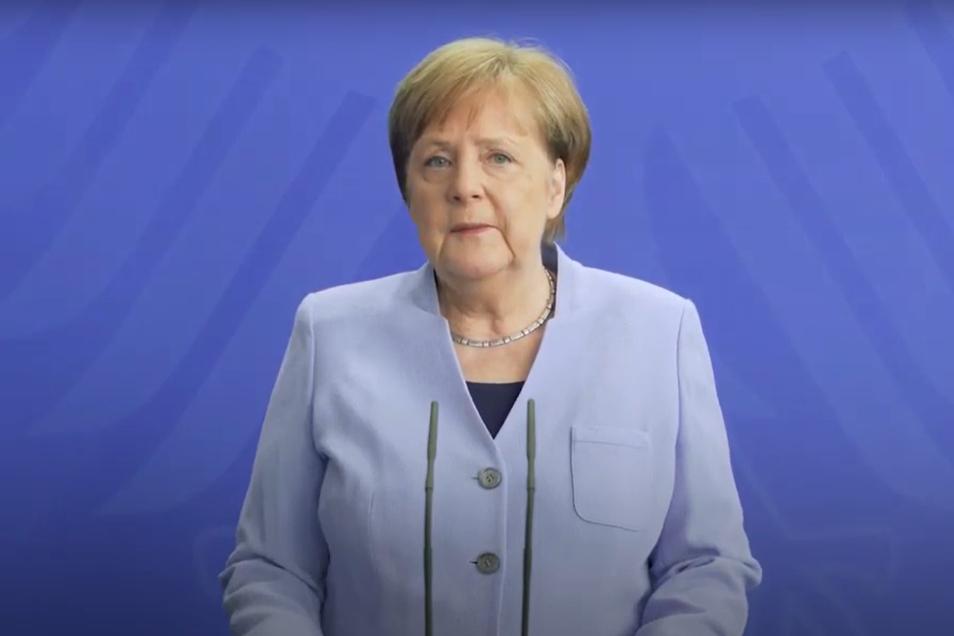 Bundeskanzlerin Angela Merkel hat in einem Video dazu aufgerufen, auch während der Feiertage möglichst daheim zu bleiben.