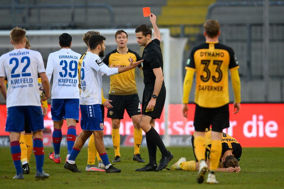 Schiedsrichter Max Burda zeigt Marco Hartmann, der am Boden liegt, die Gelb-Rote Karte. Dynamo muss die letzten Minuten in Unterzahl spielen.