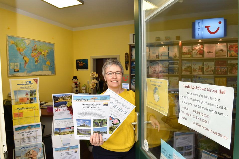 Auch Annett Specht musste ihr Dippoldiswalder Reisebüro schließen. Die Angebote für die diesjährige Saison liegen bereit. Sie hofft, bald wieder Kunden begrüßen zu können.