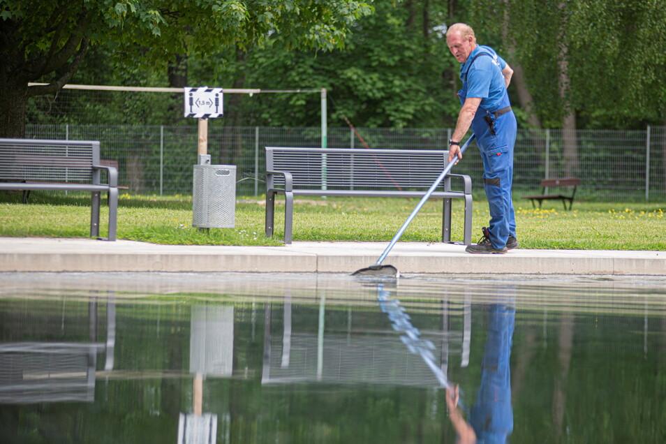 Letzte Arbeiten vor der Eröffnung des Walkmühlenbades in Pulsnitz: Falk Teuber, Schwimmmeistergehilfe, sorgt dafür, dass das Wasser frei von Verunreinigungen bleibt.