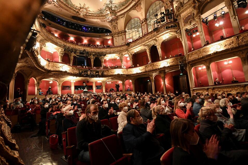 Das Publikum applaudiert schon vor der Aufführung:  Nach monatelanger Pause öffnen in Berlin die ersten Bühnen für ein Pilotprojekt