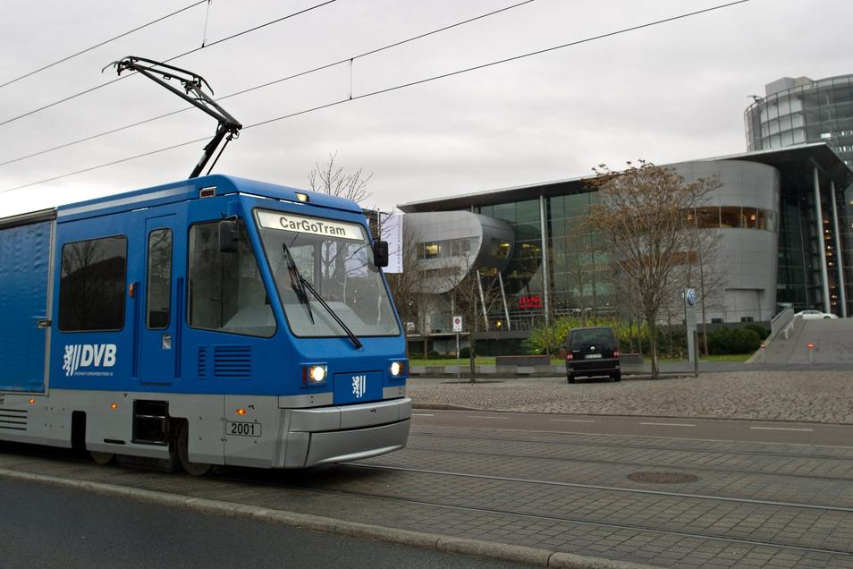 Fast 21 Jahre lang waren die blauen Straßenbahnen für die VW-Manufaktur am Straßburger Platz im Einsatz.