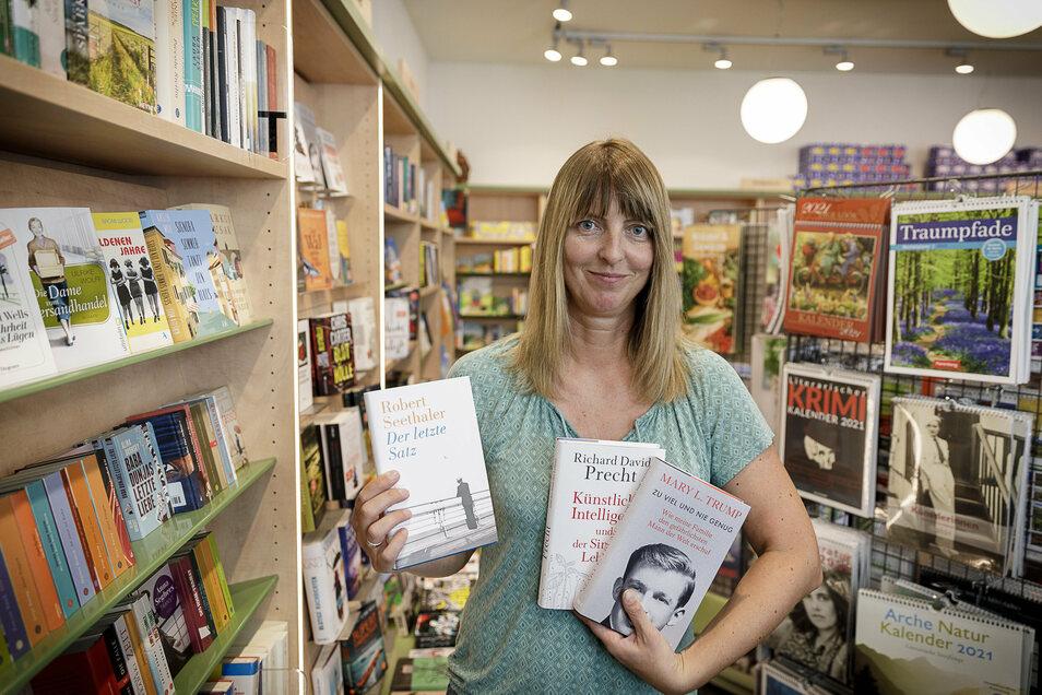 Anja Sorkalle, Filialleiterin der Görlitzer Comenius-Buchhandlung, mit einigen aktuellen Bestsellern.